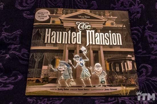 Les livres sur l'univers Disney ... et autres ....  - Page 3 Disney-Parks-Presents-the-Haunted-Mansion-2-550x367
