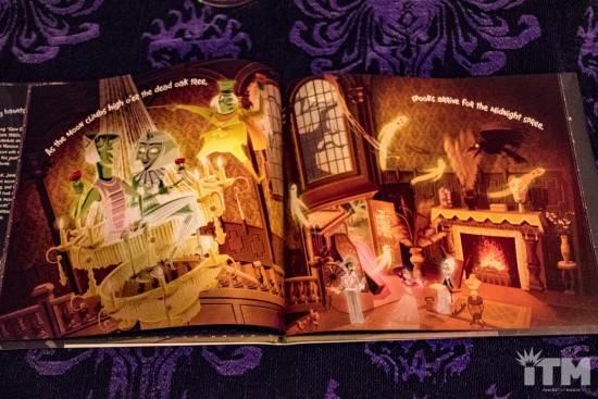 Les livres sur l'univers Disney ... et autres ....  - Page 3 Disney-Parks-Presents-the-Haunted-Mansion-4-550x367