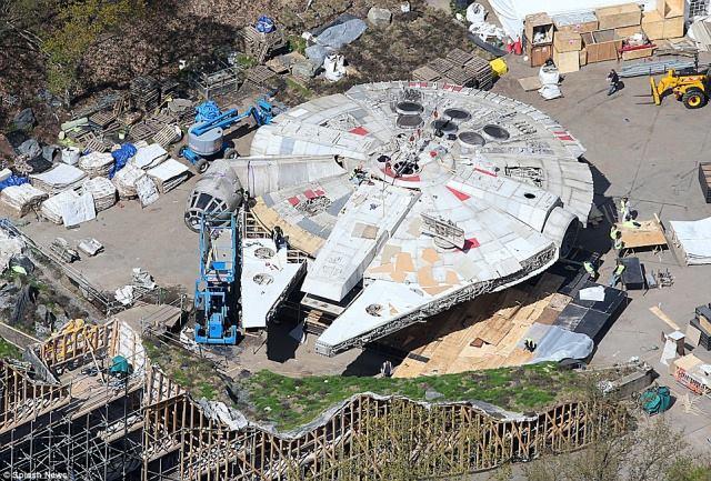 "Star Wars: Episode VIII ""The Last Jedi""  ""Star Wars : Les Derniers Jedi"" sortie 13 décembre 2017 13102681_10156885238845615_3645186840566247191_n"