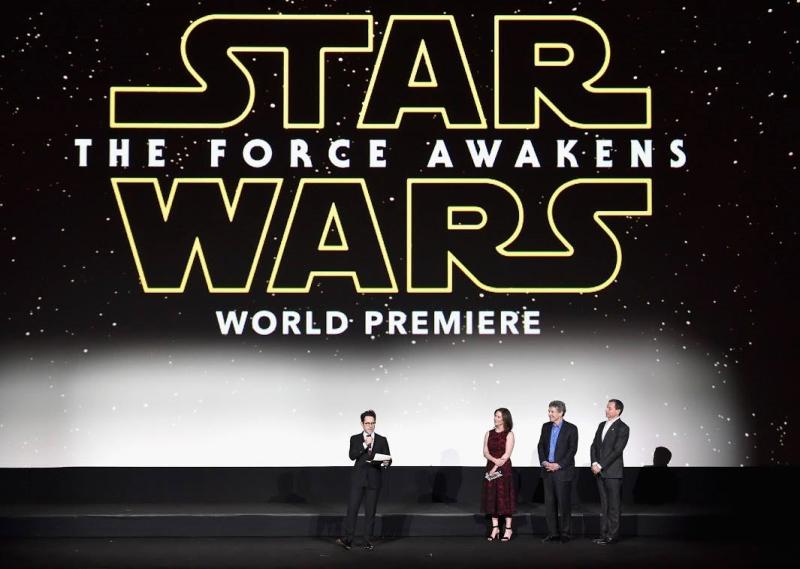 Star Wars, épisode 7 - 16 décembre 2015 (LucasFilm) - Page 12 12357139_423443047845733_3739316324326576014_o