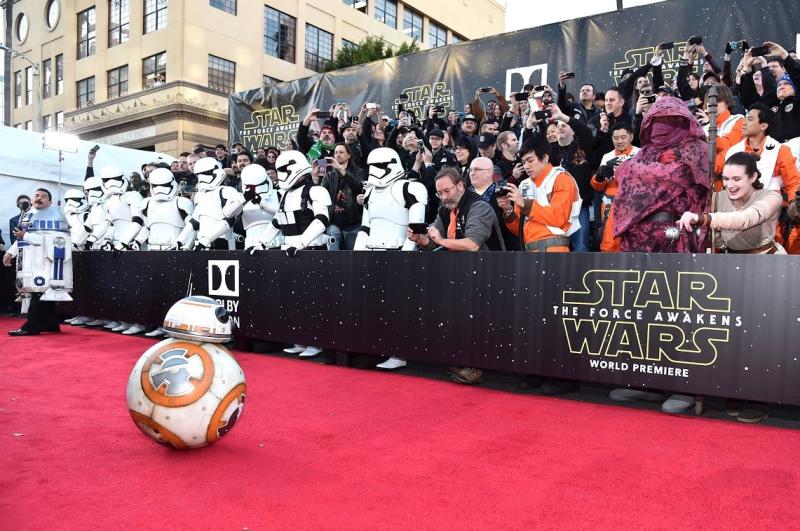 Star Wars, épisode 7 - 16 décembre 2015 (LucasFilm) - Page 12 12362955_423443081179063_5004644081277751428_o