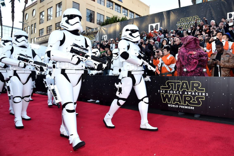 Star Wars, épisode 7 - 16 décembre 2015 (LucasFilm) - Page 12 12363095_423443197845718_6561749163066036648_o