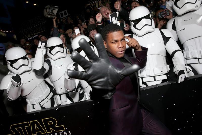 Star Wars, épisode 7 - 16 décembre 2015 (LucasFilm) - Page 12 12370874_423442831179088_3628260558504740495_o