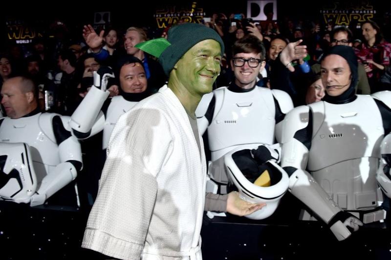Star Wars, épisode 7 - 16 décembre 2015 (LucasFilm) - Page 12 12371035_423442927845745_3824834851712589459_o
